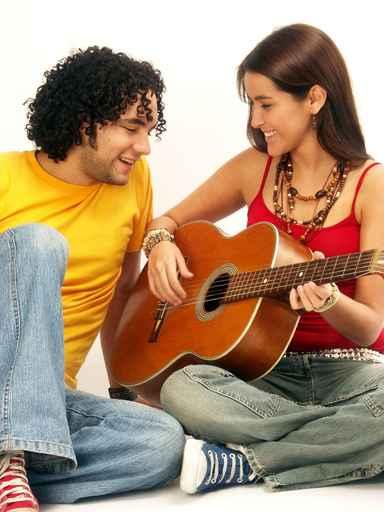Amigos cantando y tocando guitarra.
